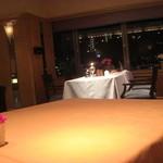 レストラン&バー ガスライト - 窓際は、予約でいっぱい