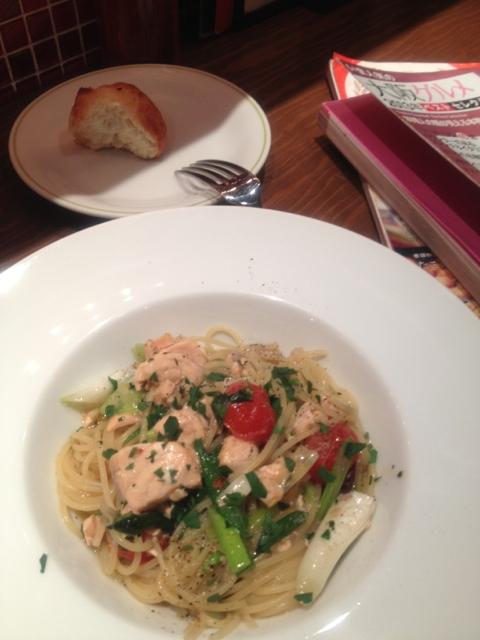 イタリアンバール  スペッロ - サーモンとトマトのオイルパスタ