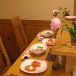 船場食堂 サスケ - 奥のカウンター席 カウンターはシオジの無垢材 材木店でも探すのは困難