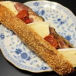 とらやベーカリー - 2013.1 ハムチーズドライトマト(420円)