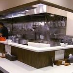 麺屋 侍 - 手前から見た店内カウンター