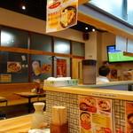 めんくいや - 博多駅東店の店内 料理を美味しく提供できるようコンパクトな店内は清潔で落ち着ける雰囲気です