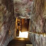 Bistro GLOUTON - こんな急な階段を下りて行きます