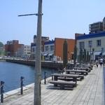 門司港グルメ海門 - 中央が海峡プラザ東館です。右側に見えるのが西館です。
