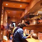 麺と心 7 - 店内は木目調のお洒落な雰囲気。年季が入るとさらにイイ感じになりそう!!