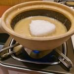 天下一品 - 土鍋Wチーズにこむすびを投入し過熱