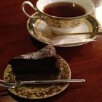 18884965 - 紅茶とザッハトルテ