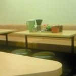 18888183 - テーブル席。以前に比べてお洒落になってます