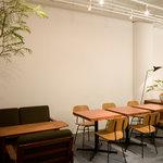 ハイヴカフェ - 昼はソファーもある店内でゆったり