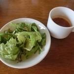ジローナ - セットのサラダとスープでございます