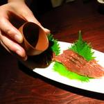 手作り料理と地酒 おと 仲町店 - 村上鮭の酒浸し(720円) 提供直前に日本酒がかけられる。