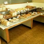 カスタネット - 店内にいる間にも焼きたてのパンが並べられたりも♪