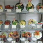 18898807 - 店先のサンプルは普通だけど天丼330円うな丼430円など信じれない値段がズラリ