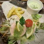 天然食堂 かふぅ - メインのトリハムサラダバジルソース