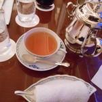 18905198 - 紅茶は銀(?)のポットで供されます。