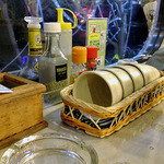 キッチン さわで夢屋 - 卓上に常備された調味料類