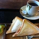 むみん花 - 料理写真:ホットサンドイッチ 750円(チーズ ハム 千切りキャベツ)