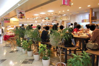 クックハウス 阪急三番街店 - カフェスペースあり。
