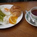 メリーゴーランド - 料理写真:サービスモーニング+紅茶(420円)