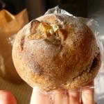 イロハヤベーカリー - 料理写真:ライ麦パンクリームチーズとクランベリー