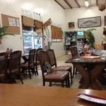 西表島 グリーンファーム 猪狩家 - 落ち着ける店内。由布島の水牛乗り場に程近く、路線バスを待つ間などに利用している人も多いです。お土産や、自家製の黒糖なども売っています。