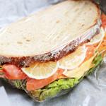 こはく。 - スモークサーモンの野菜たっぷりサンド (390円) '13 3月下旬