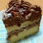 銀座コージーコーナー - チョコレートデコレーション断面です。