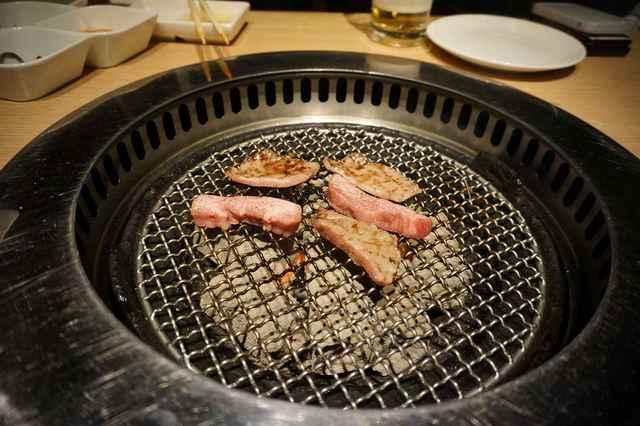 金剛園 - 炭の火力は異様に高く、程なくして肉が焼き上がり