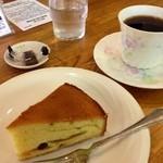 自家焙煎珈琲屋 蘆花 - 料理写真:珈琲はあっさり飲みやすい聖夜にしました。 自家製のフルーツケーキがとても美味しい\(^o^)/