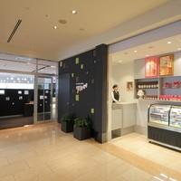 フィオーレ - エントランス。併設された青山アニバーサリースイーツショップでは、生ショコラや焼菓子をお求めいただけます
