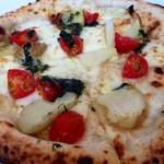 18935818 - ジャガイモとトマトのピザ ジェノバソース