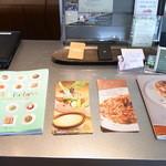 PASTA HOUSE AWkitchen FARM - レジ横のディスプレイ。ここのお店はいくつかレシピ本などを出しているようです