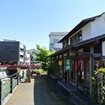 一石庵 - 川を挟んで修禅寺の向かい側
