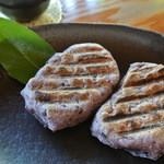 一石庵 - 軽く炙った黒米餅は香ばしい~♪ルッコラの花が添えられています。
