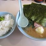 武蔵家 - 半熟味玉ラーメン+サービスライス