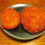 肉のニシジマ - 左コロッケ¥60。右メンチ¥60。