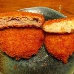 肉のニシジマ - 左メンチ¥60。右コロッケ¥60。