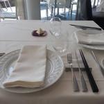 ラー・エ・ミクニ - 白のお皿はミクニオリジナル  お箸もあります。