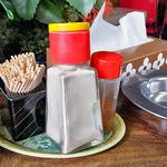 志満川食堂 - 卓上に常備された調味料類