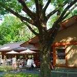 パークサイドカフェ - L字型のウッディーな一軒家