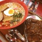 桃太郎商店 - 料理写真:辛みそラーメンと小カレー(๑´ڡ`๑)