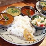 インド富士 - インド富士セット(900円)+ラッサムスープ(200円) カレーはのらぼう菜ダル、ブリと大根のカレー