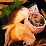 鈴亭 - 焼き物、ホウレンソウのお浸し、ほおずき
