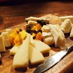 肉バル Brut - チーズ全部(5種)盛り合わせ