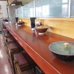 18964646 - 私は一人だったしテーブル席はかなり埋まってたんでカウンターで食事をいただきました、偶然にも私一人でしたが食べ終わる頃には12時が近くなって来たんでここも埋まってきました。