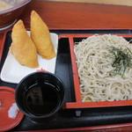 18964647 - 食券を店員さんに渡ししばらく待つと注文したざる蕎麦といなり寿司が運ばれてきました。