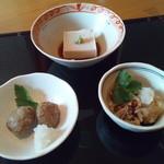 和肆楽粋 そば 前三三 - ひる御膳の料理3品盛り合わせ。