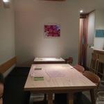囲味屋-千駄木 - テーブル席の様子