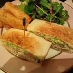 ラデュレ サロン・ド・テ - 牛肉とトリュフ、セロリのサンドイッチ(2000円)