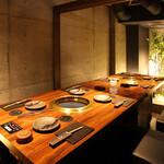 焼肉鍋問屋 志方 - 箱庭を眺めながらゆっくりとお食事をお楽しみいただけます